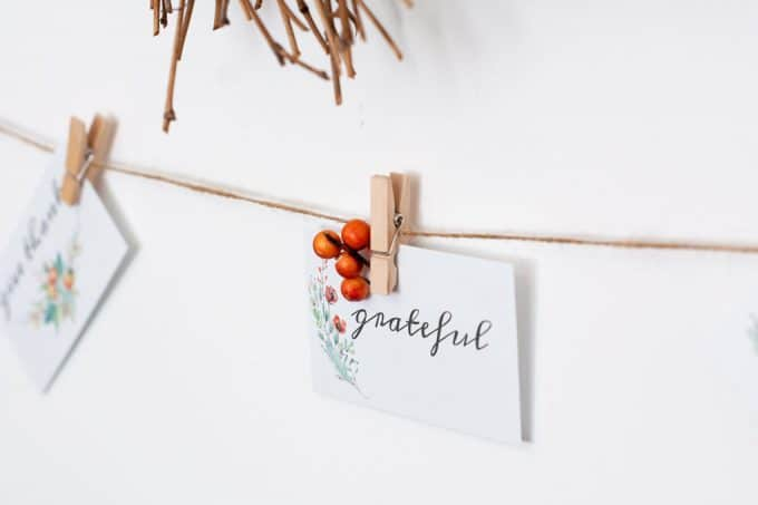 simple fall decor using place cards wall with wreath and place card garland