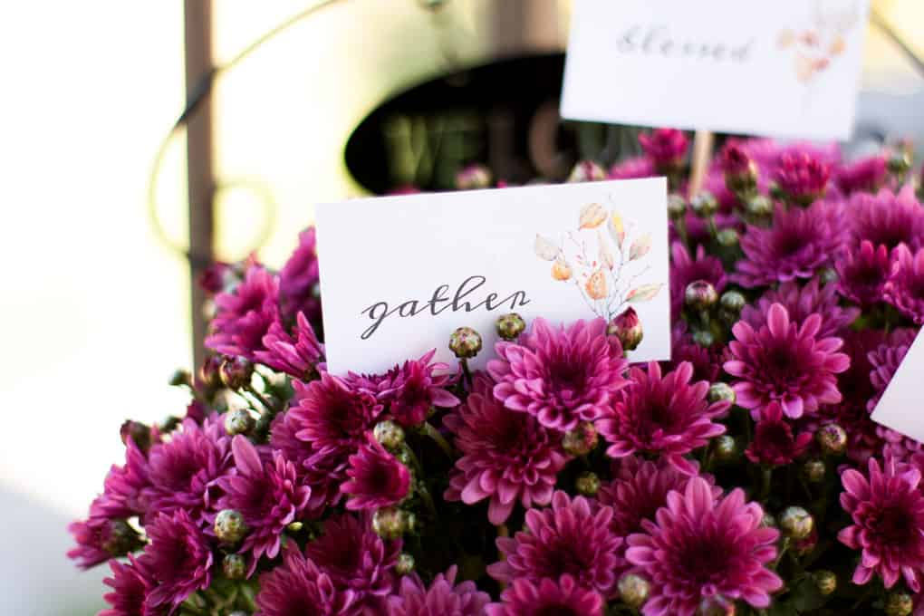 simple fall decor using place cards mums with place card label