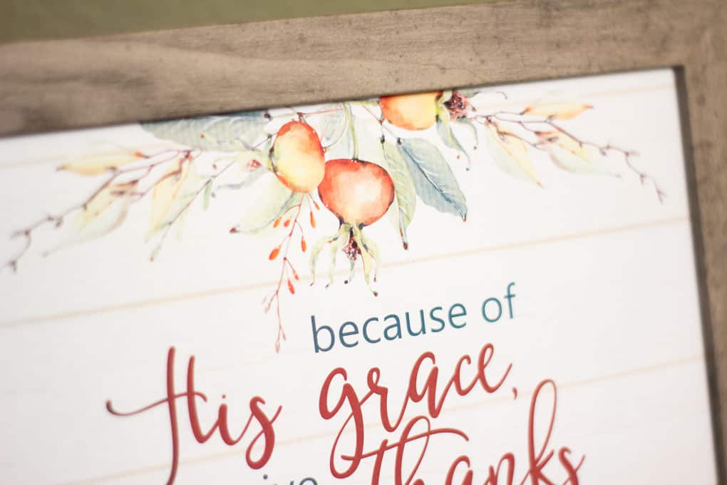 This printable fall wall decor is great for a Thanksgiving centerpiece and it's free! Easy to print and simply place in a frame